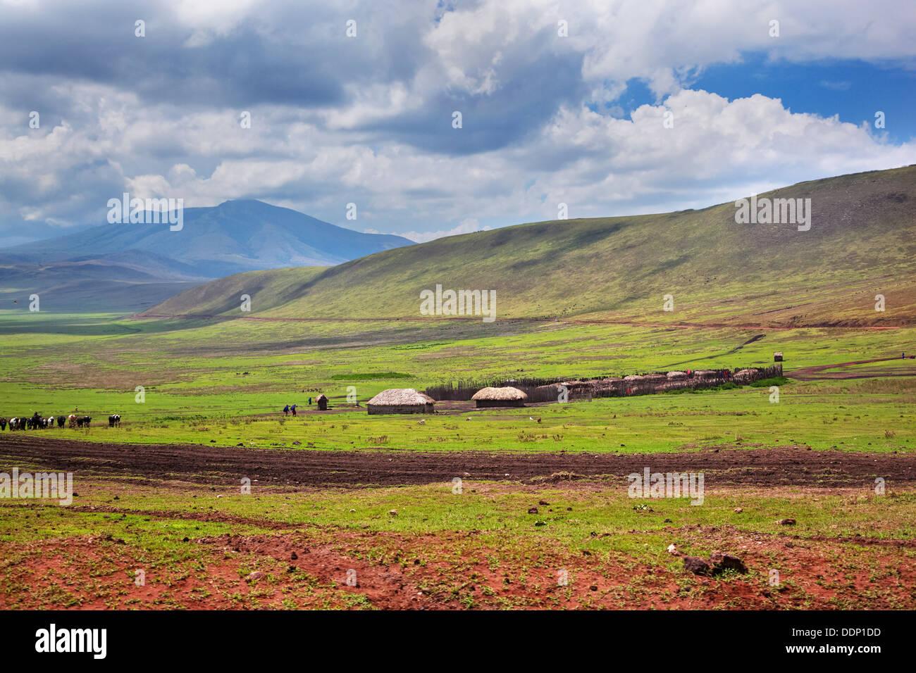 Savana paesaggio in Tanzania, Africa. Case masai nella valle. Immagini Stock