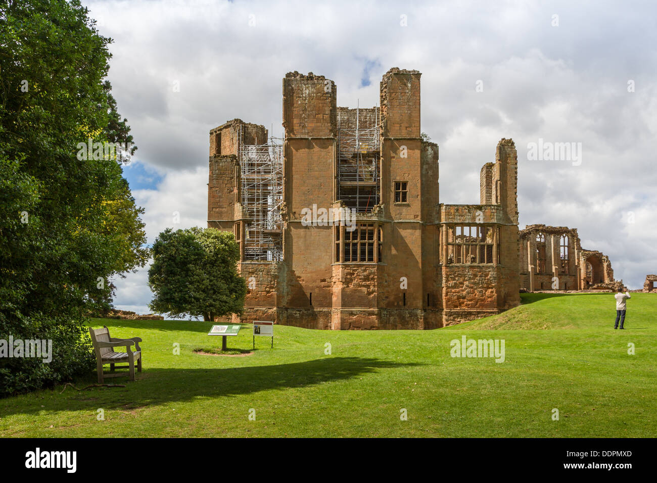 Il lavoro sulle piattaforme di visualizzazione al progetto Leicesters edificio nel Castello di Kenilworth, Warwickshire, Inghilterra. Apre Febbraio 2014. Foto Stock