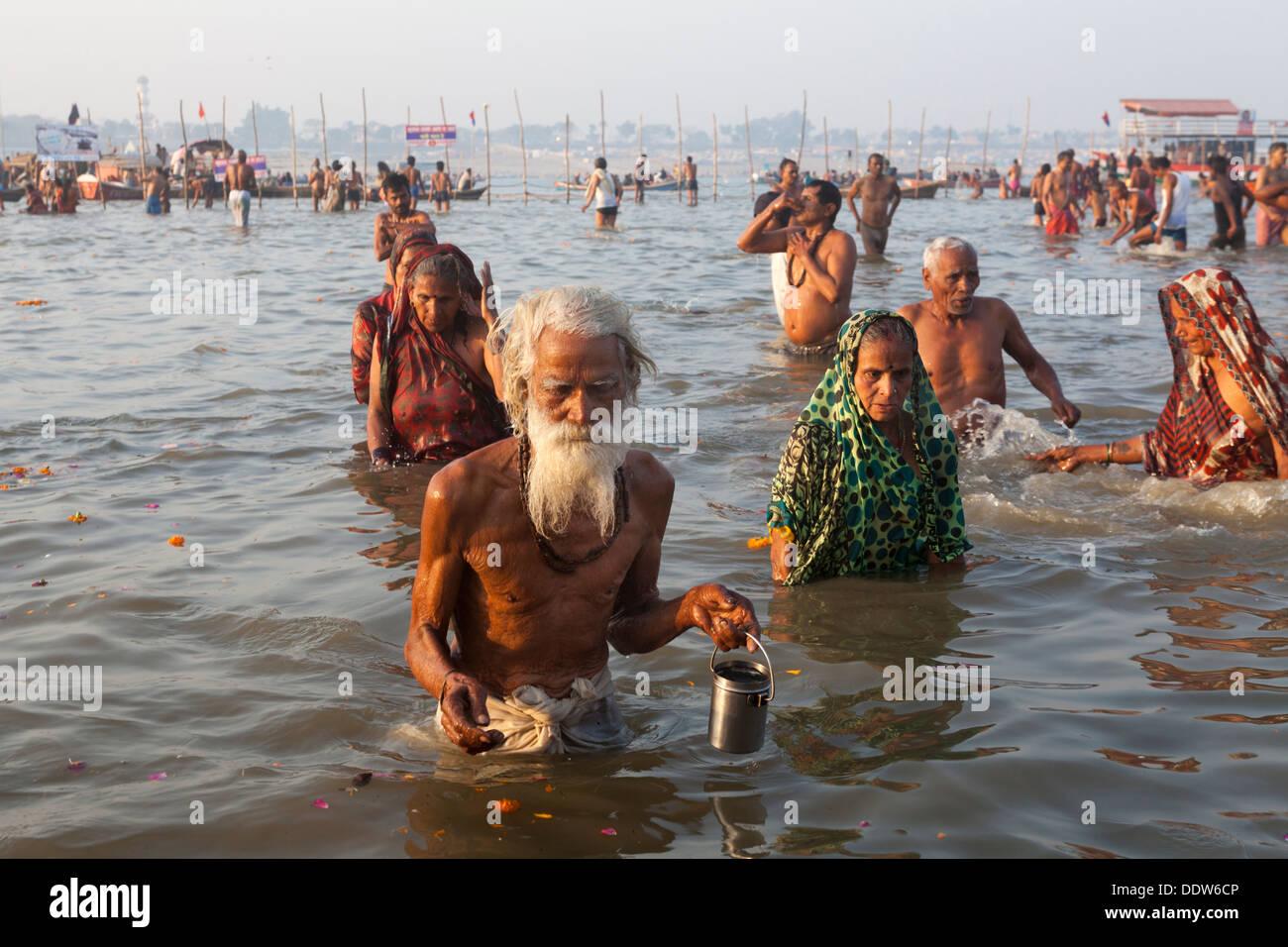 Devoti e pellegrini tenendo santo tuffo nella Ganga durante il giorno fausto a Kumbh Mela 2013, Allahabad, fino in India Immagini Stock