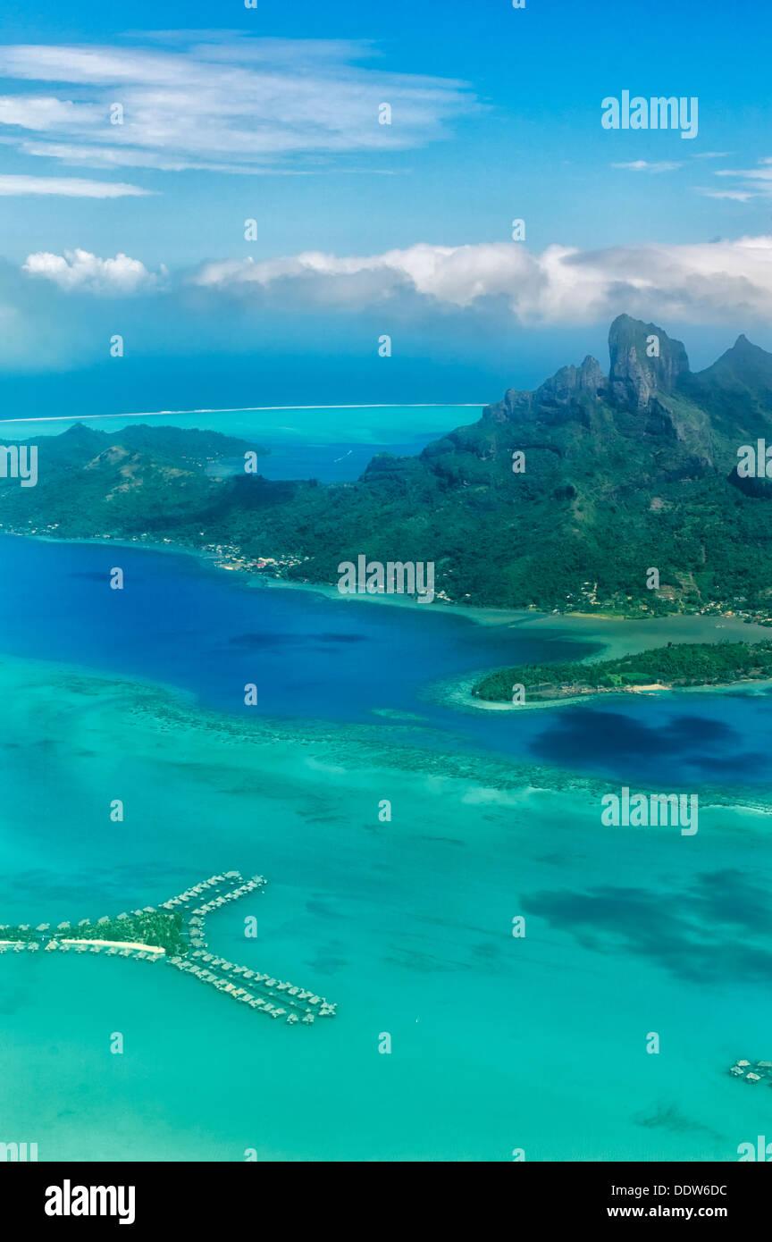 Vista di Bora Bora dall'aria con bungalow sull'acqua e il Monte Otemanu. Polinesia francese Immagini Stock