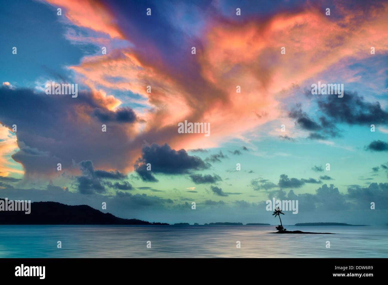 Piccola isola e tramonto a Bora Bora. Polinesia francese. Immagini Stock