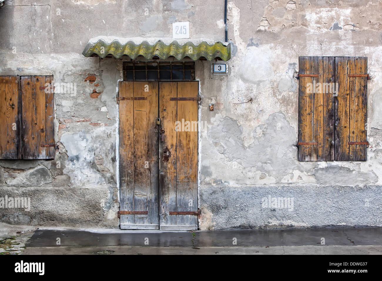 Persiane In Legno Antiche : Dettaglio della vecchia casa in stucco con facciata fatiscente