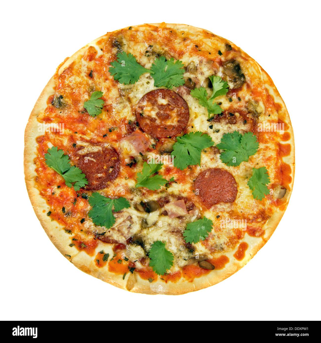 Cucina fresca salsiccia per pizza pizza con le erbe isolato su bianco Immagini Stock