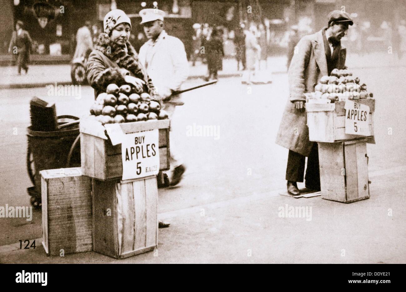 Disoccupati Newyorkesi Vendita di mele sul marciapiede, Grande Depressione, New York, USA, 1930. Artista: sconosciuto Immagini Stock