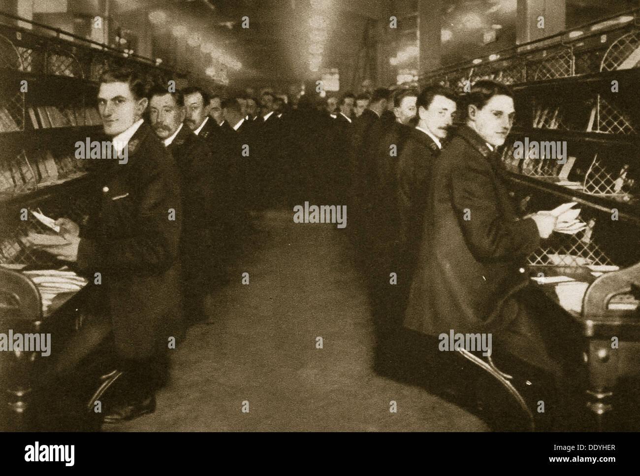 Il personale lo smistamento lettere presso l'Ufficio Postale, Mount Pleasant, LONDRA, XX secolo. Artista: sconosciuto Immagini Stock