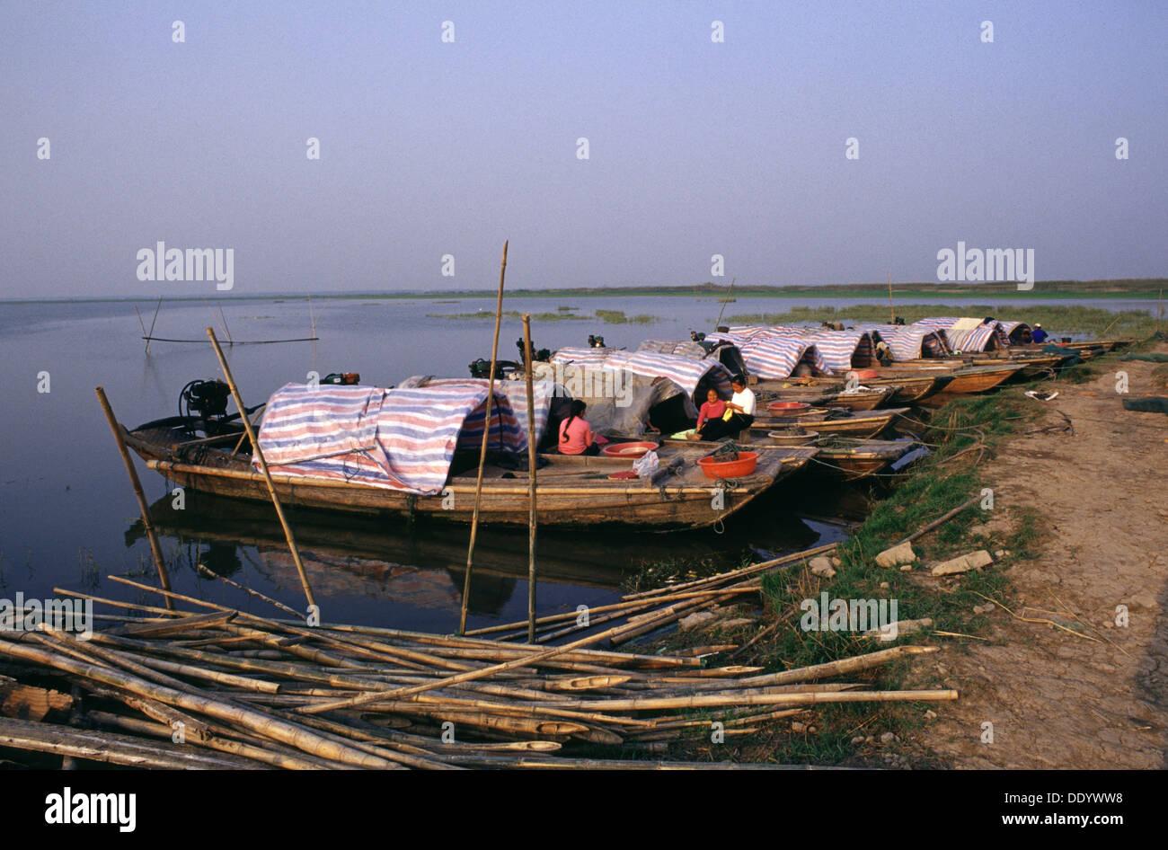 Sampan a fondo piatto cinese in legno barche ormeggiate a for Piatto cinese