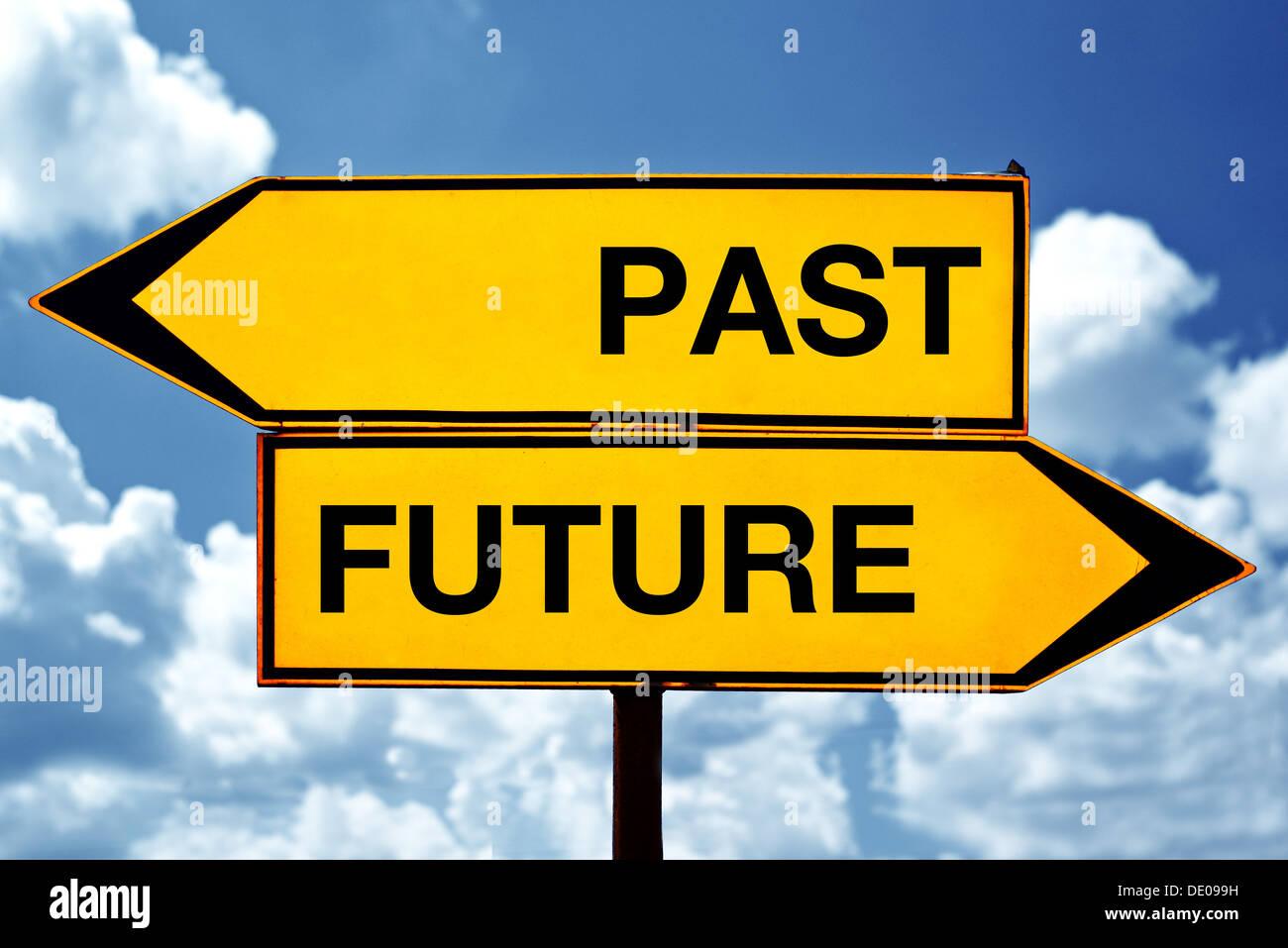 Passato o futuro, segni opposti. Due segni opposti contro il cielo blu sullo sfondo. Immagini Stock