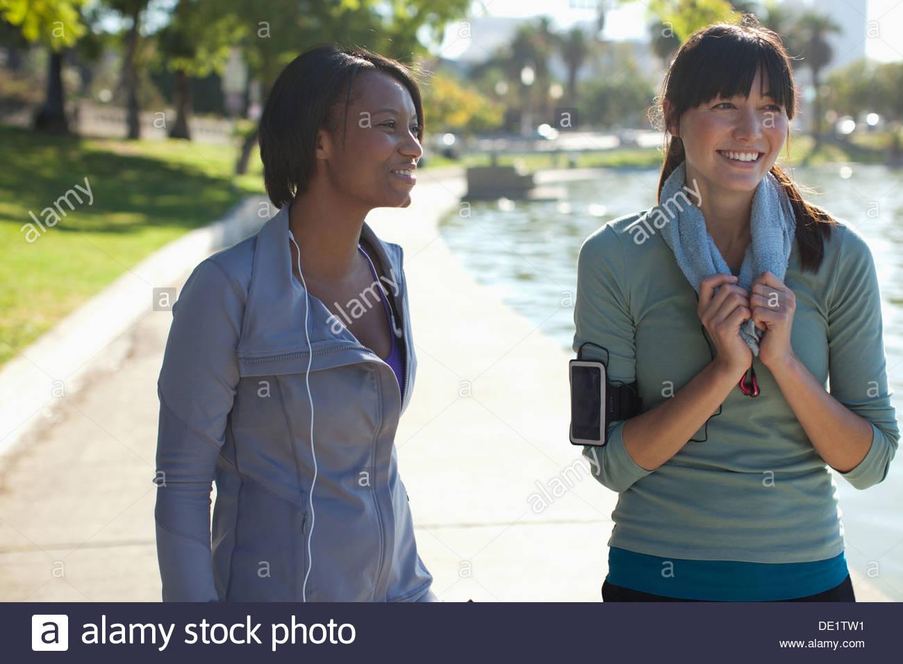Donna sorridente parlando dopo allenamento Immagini Stock