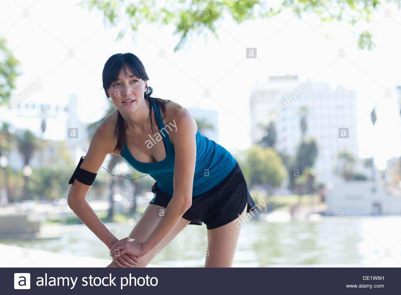 Donna stretching ancora lago Immagini Stock