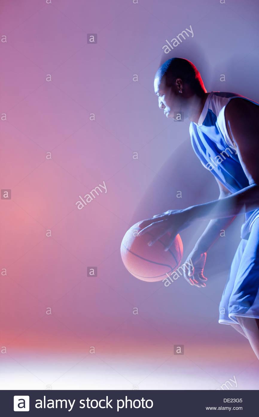 Vista offuscata del giocatore di basket dribbling Immagini Stock