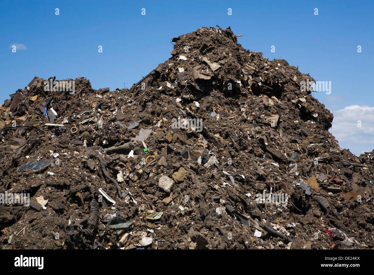 Pila di scartare i detriti per uso automobilistico ad una gestione dei rifiuti sito, Quebec, Canada Immagini Stock