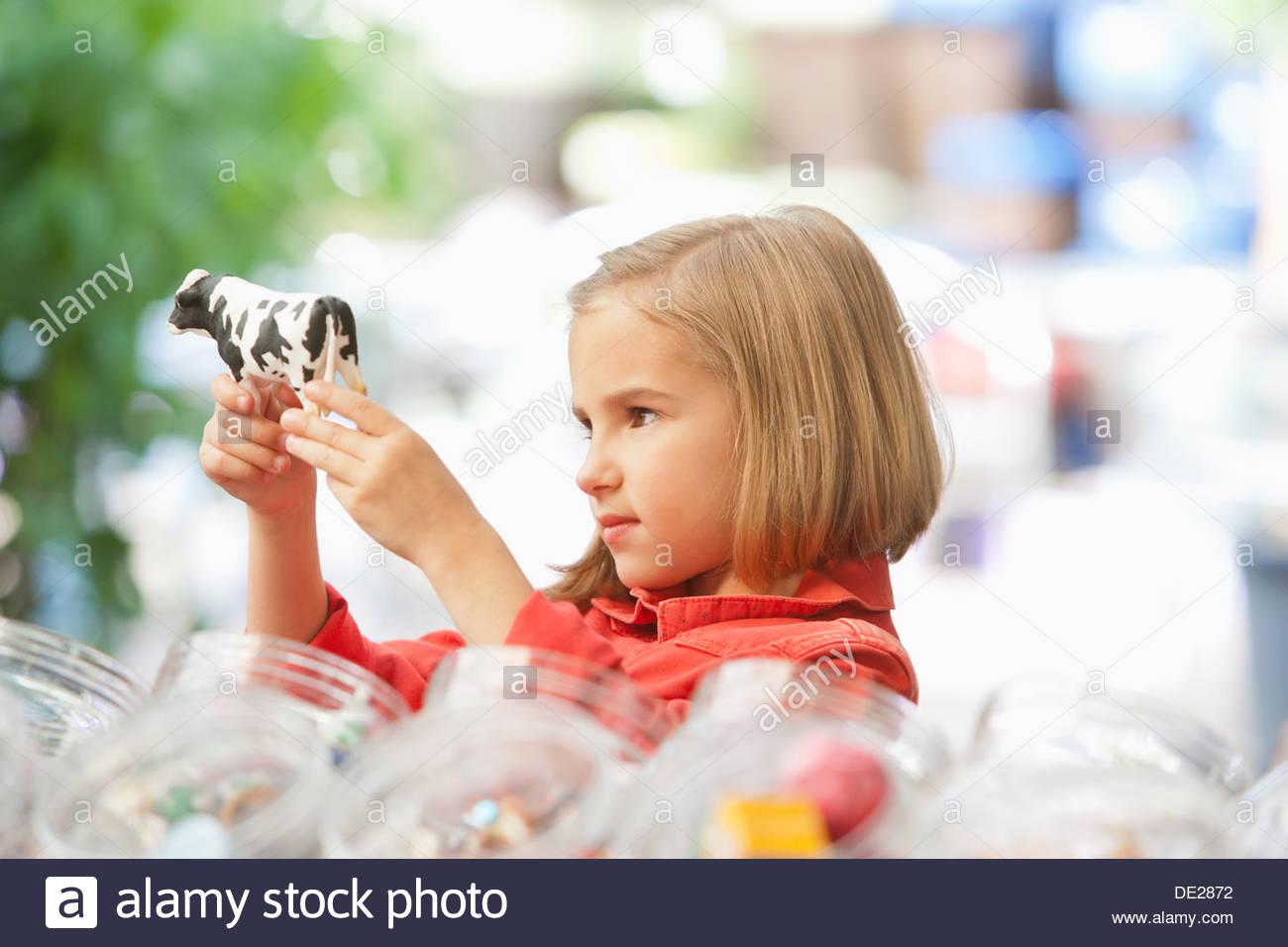Ragazza shopping nel negozio di giocattoli Immagini Stock