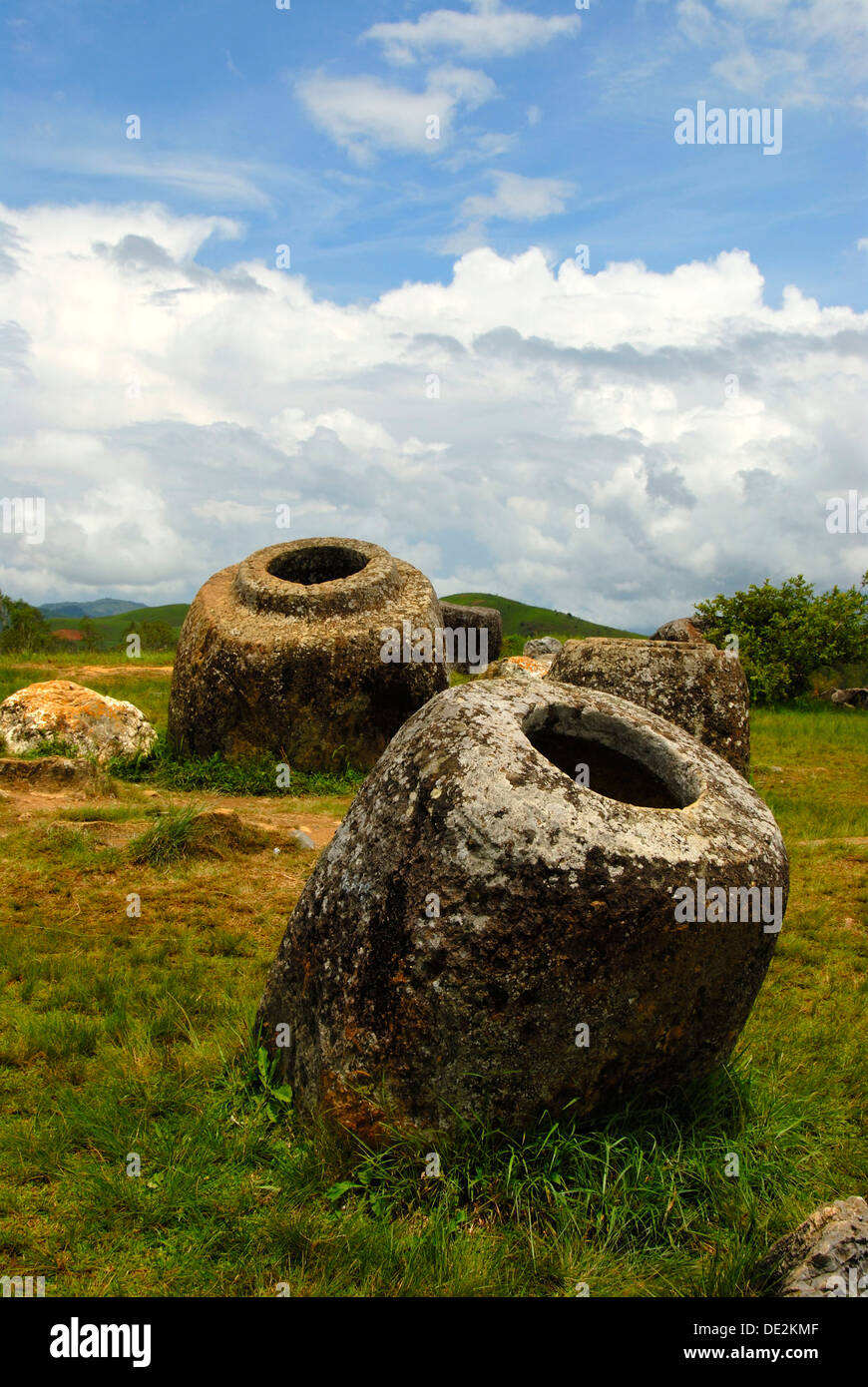 Archeologia, antichi vasi in pietra nel paesaggio, Jar sito 1, Hai Hin Phu Salato, Pianura di vasi, vicino a Phonsavan Foto Stock
