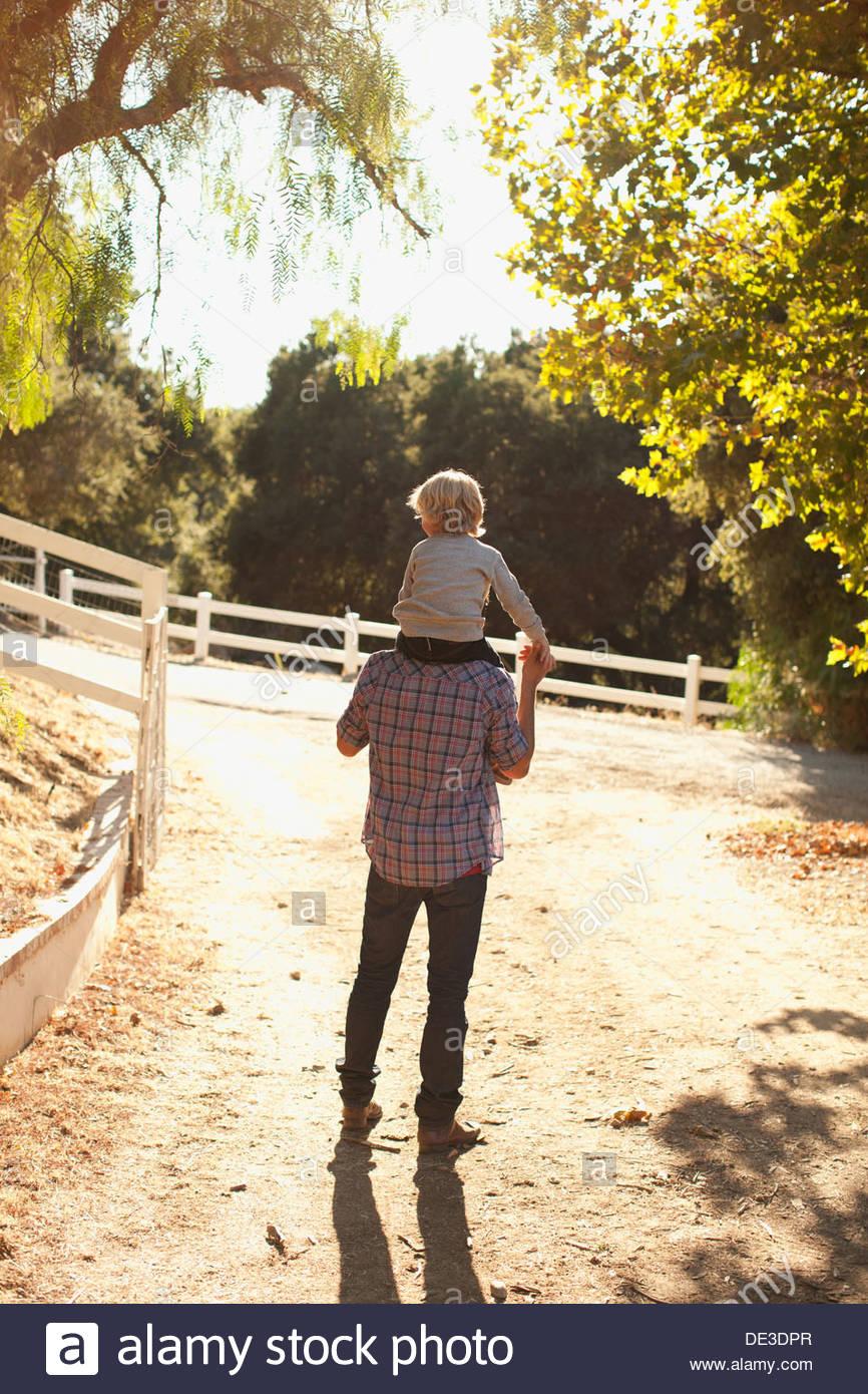 Padre figlio che porta sulle spalle Immagini Stock