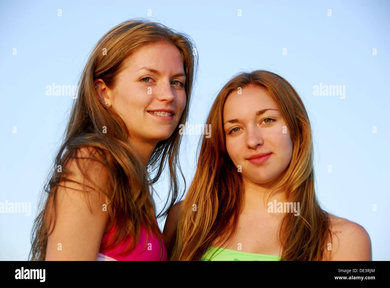 Costumi Da Bagno Per Ragazze 13 Anni : Ragazza ragazza anni in piedi insieme in costume da bagno
