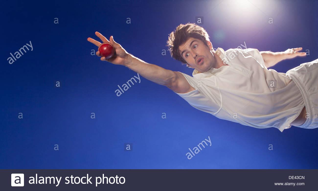 Giocatore di cricket cattura la sfera Immagini Stock