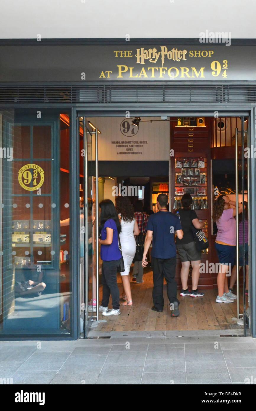 Harry Potter shop in corrispondenza della piattaforma 9 e tre quarti all'interno di Kings Cross stazione ferroviaria edificio Immagini Stock