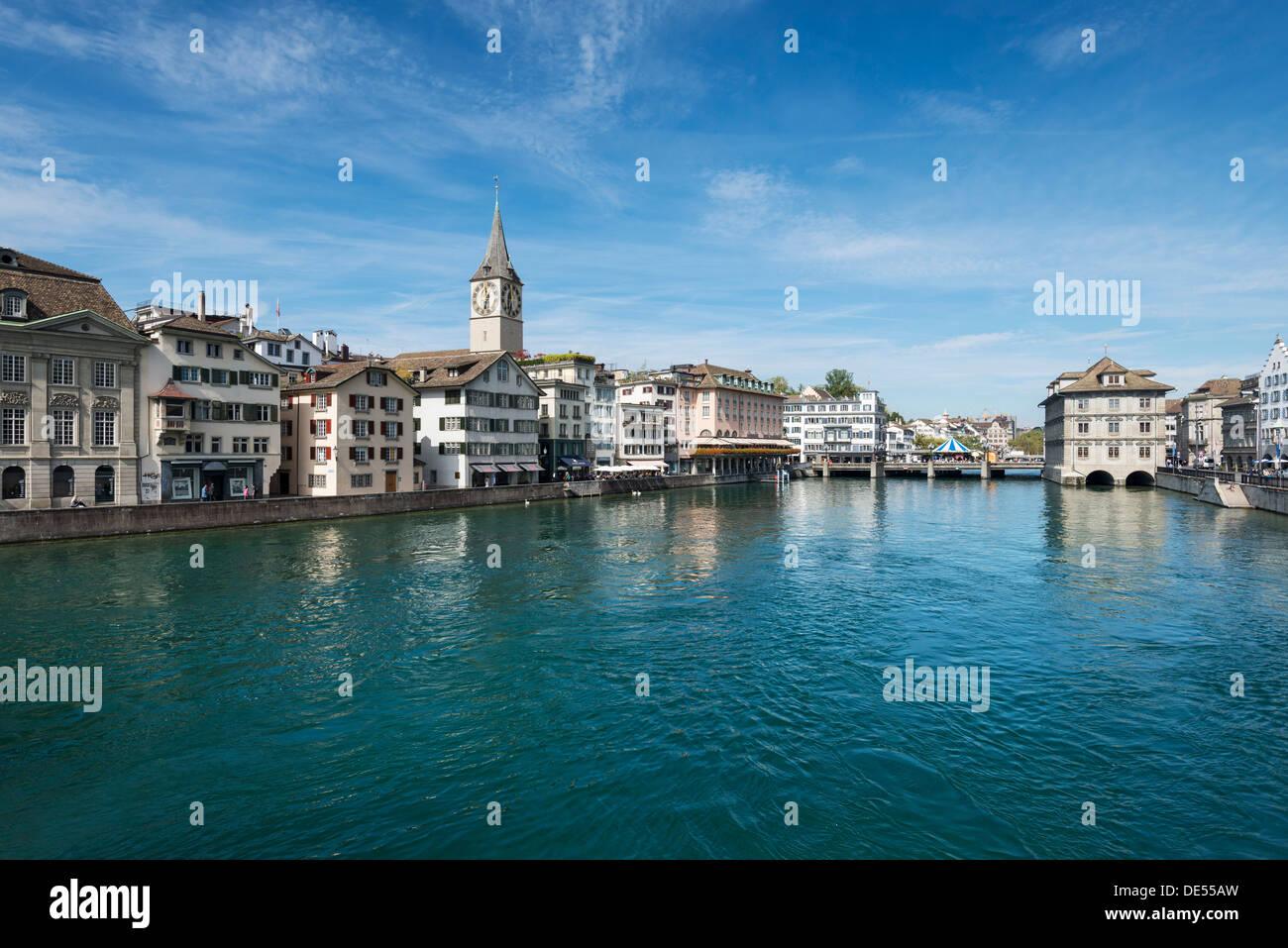 Vista del fiume Limmat, con la città vecchia promenade, Zurigo, Canton Zurigo, Svizzera, Europa Immagini Stock