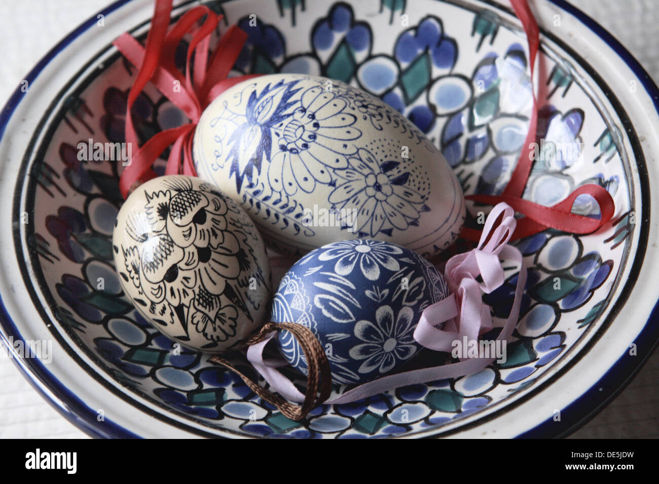 Uova Di Ceramica Dipinte A Mano.Tre Dipinte A Mano Tradizionale Ceca Le Uova Di Pasqua Di Riposo In