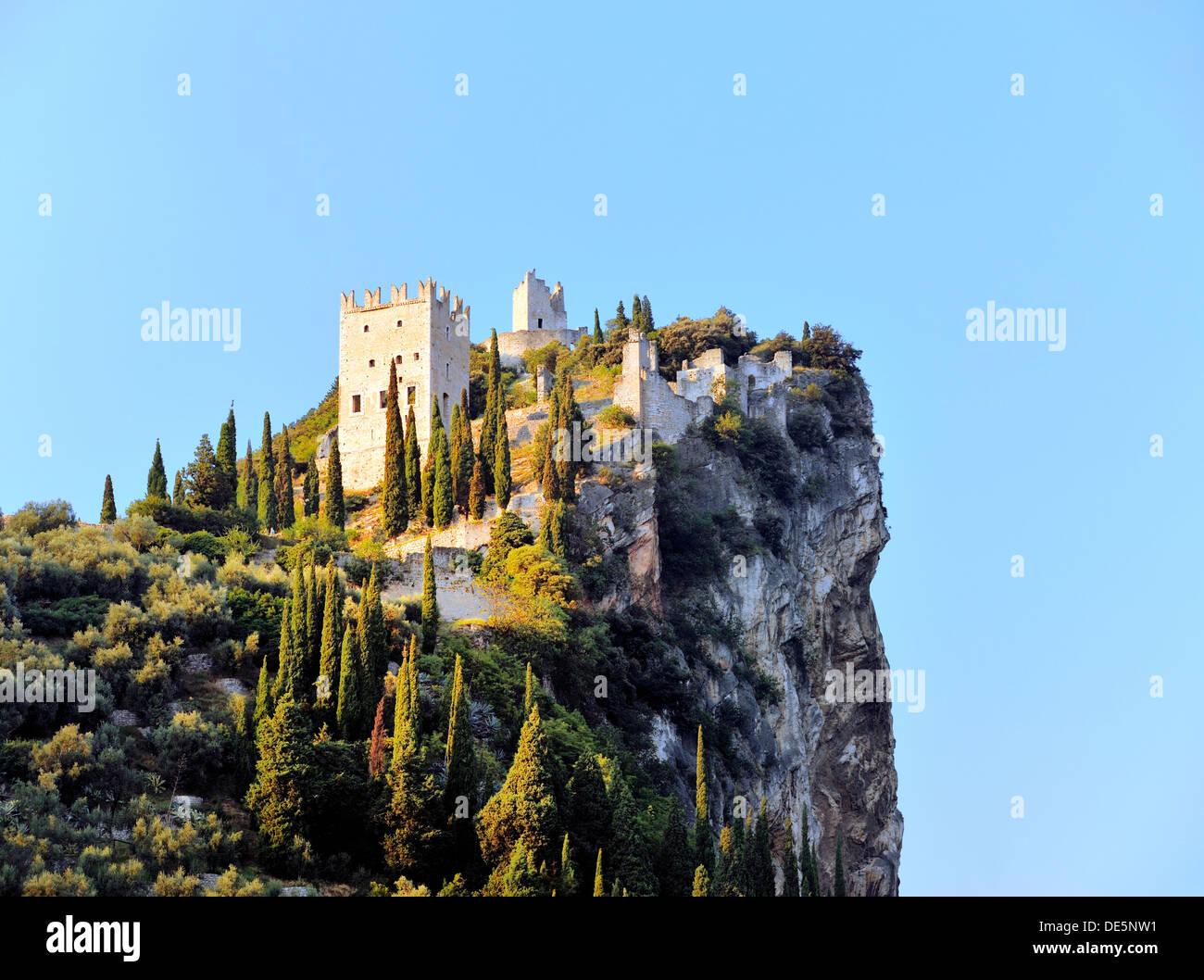 Il Castello D'Arco della collina del castello su scogliere calcaree sopra la città di Arco sul lago di Garda in Alto Adige Italia Immagini Stock