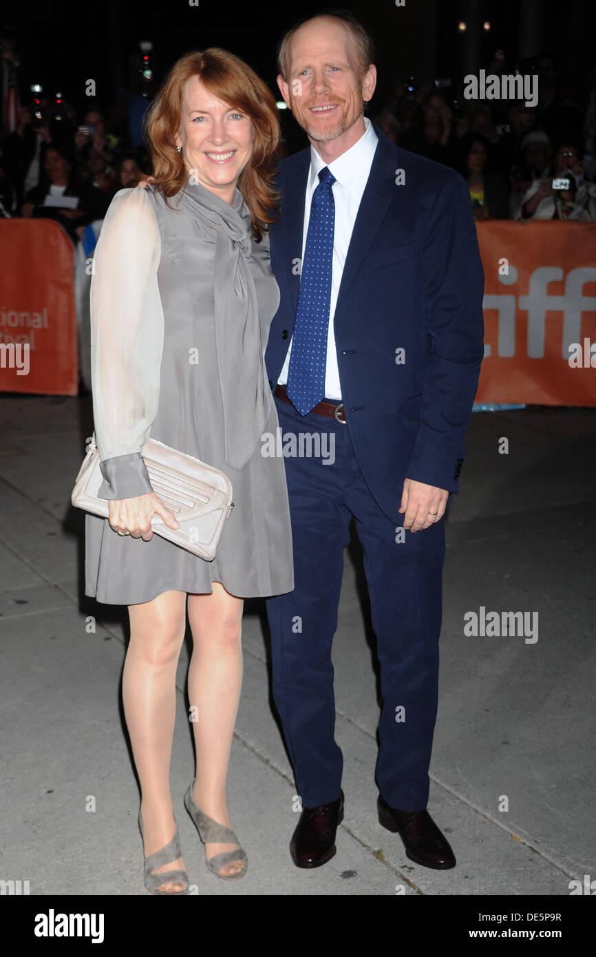 Il regista Ron Howard e moglie Cheryl Howard frequentando il 'rush' premiere presso la trentottesima Toronto International Foto Stock