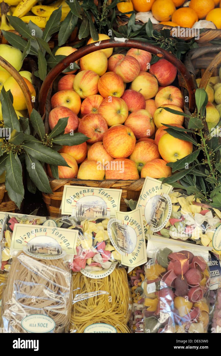 Montepulciano, Toscana, Italia. Cibo locale frutta fresca pasta e prodotti della fattoria display in vendita nel negozio di strada. Mele, arance Immagini Stock