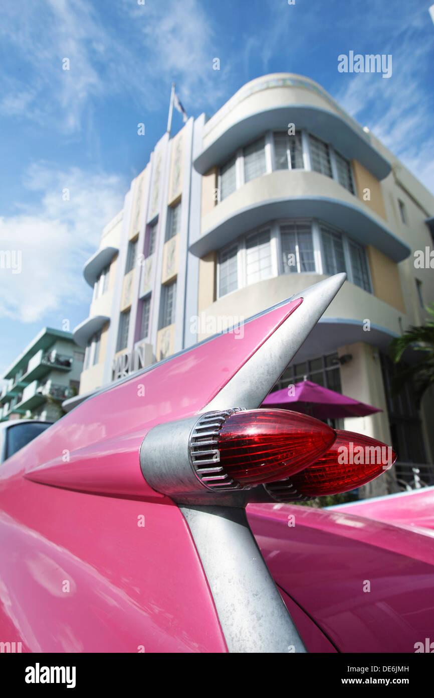 Luci di coda rosa CADILLAC EL DORADO (©GENERAL MOTORS CORPORATION 1959) HOTEL MARLIN COLLINS AVENUE MIAMI BEACH FLORIDA USA Immagini Stock