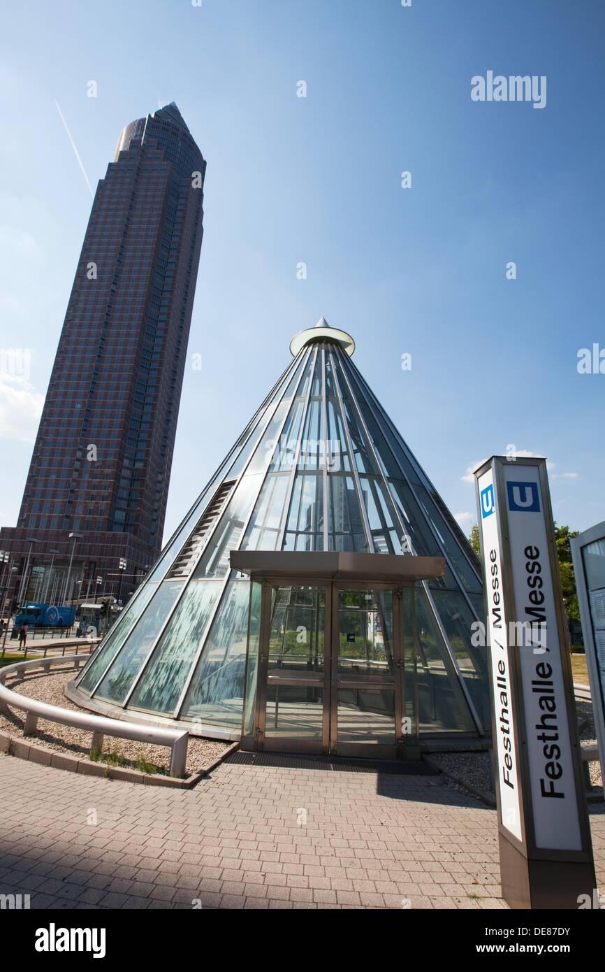 Il fair trade tower, Messe Turm e la stazione della metropolitana nel commercio equo e solidale nel distretto di Frankfurt am Main, Germania, Europa Immagini Stock