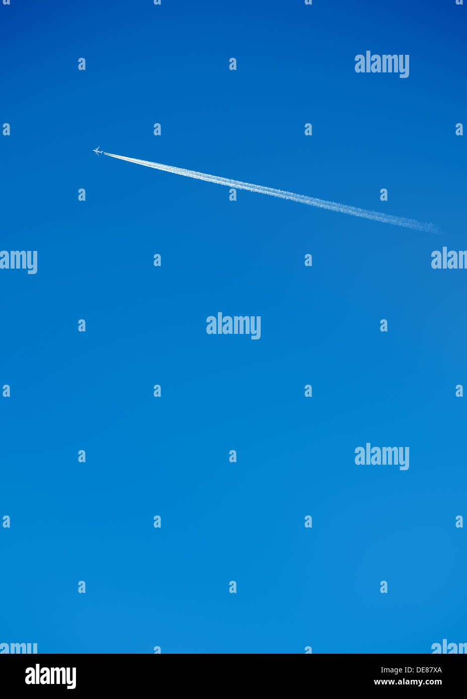 Sentiero di vapore di un getto su un cielo blu chiaro Immagini Stock
