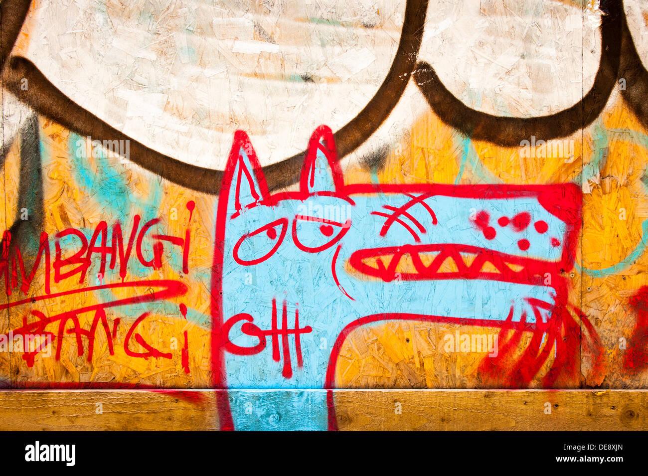 East End di Londra Isola di pesce Hackney Wick graffiti graffitti grafitti grafiti street arte urbana murale di accaparramento di legno cane blu Bang Bang contorno rosso Immagini Stock