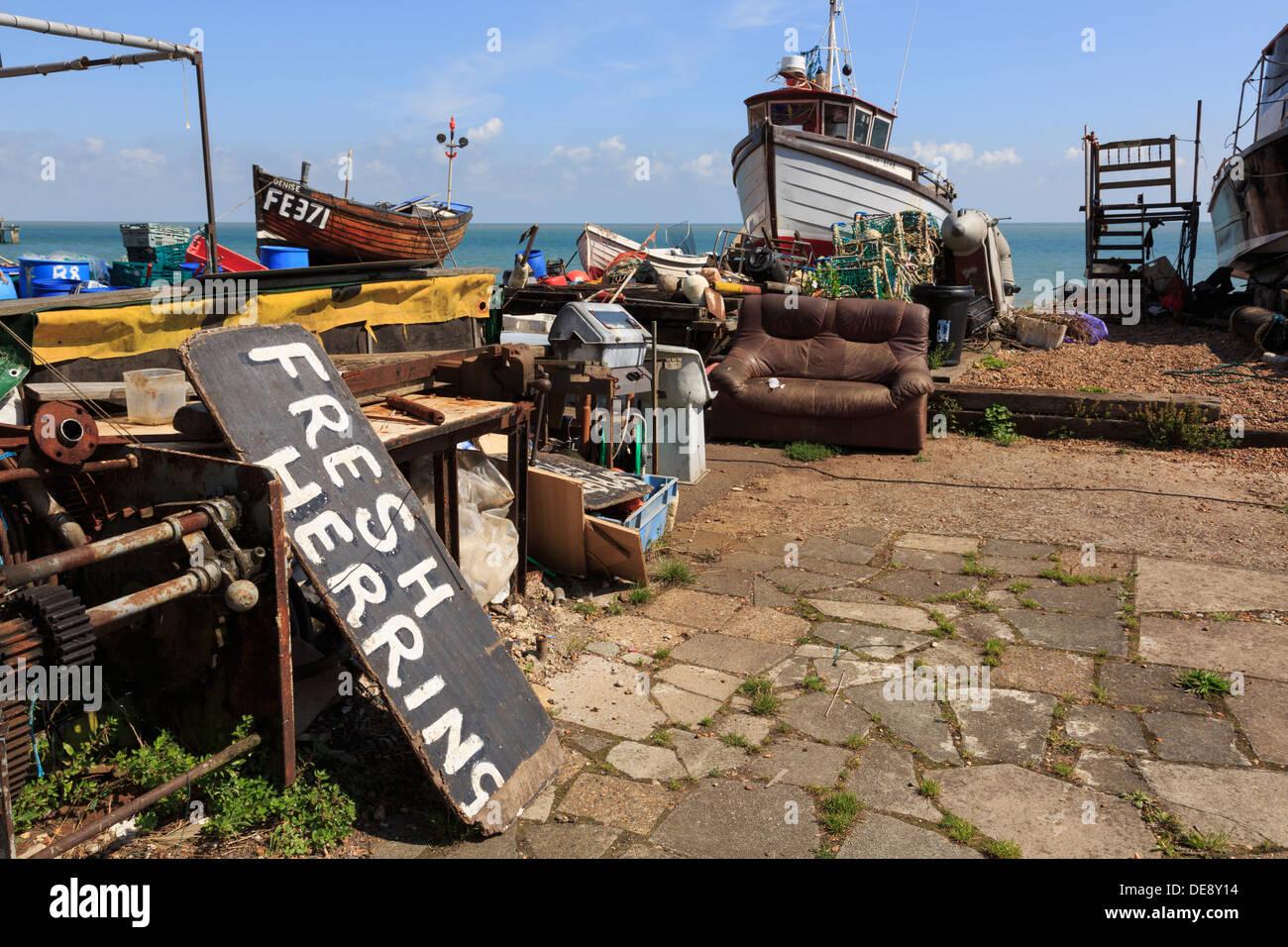 Barche da pesca e segno per le aringhe fresche su una costa sud lungomare spiaggia a Deal, Kent, Inghilterra, Regno Unito, Gran Bretagna Immagini Stock