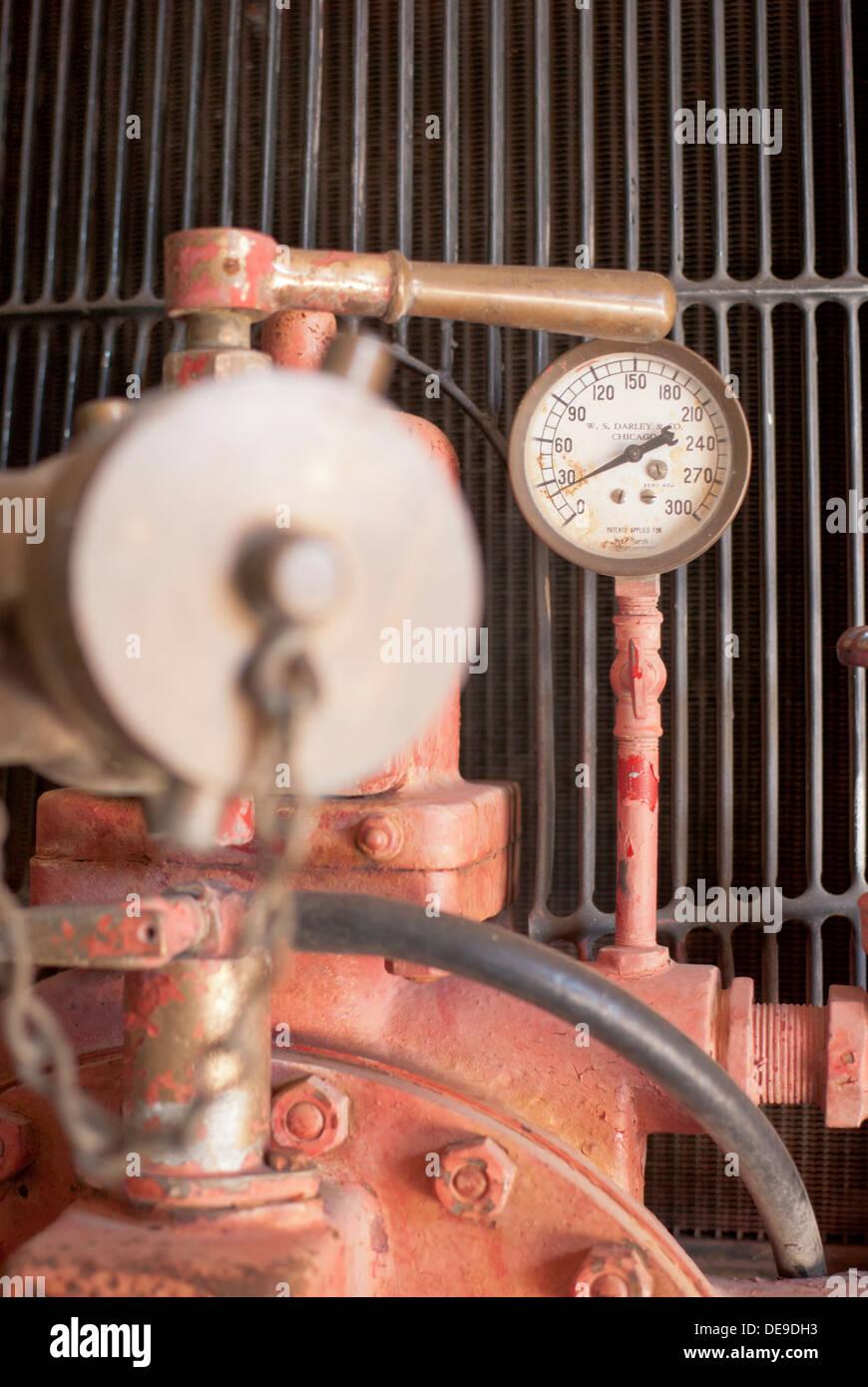 Il manometro sul vecchio firetruck a Lincoln County Museum, Davenport, nello Stato di Washington, USA. Immagini Stock