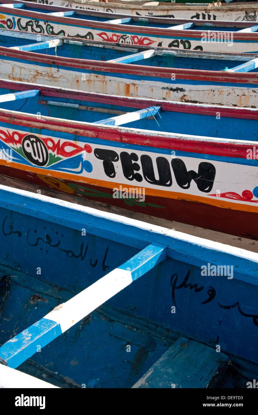 Dipinto luminosamente disegni su Local gambiana barche da pesca, Tanji, Gambia, Africa occidentale Immagini Stock