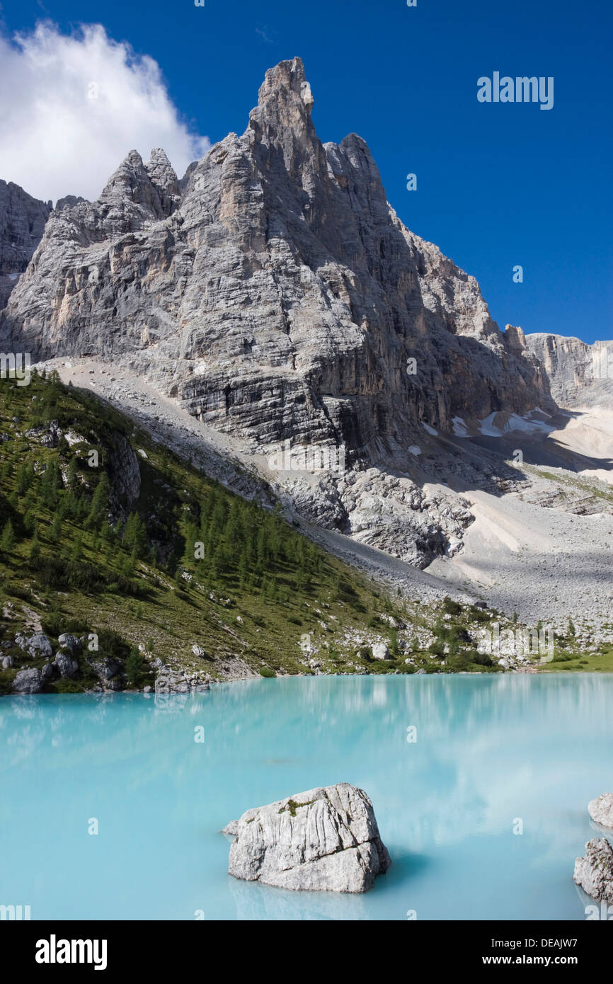 Il Sorapiss Lago e Monte dito di Dio, 2603 m, gruppo del Sorapiss, Dolomiti, Alto Adige, Alpi, Italia, Europa Immagini Stock