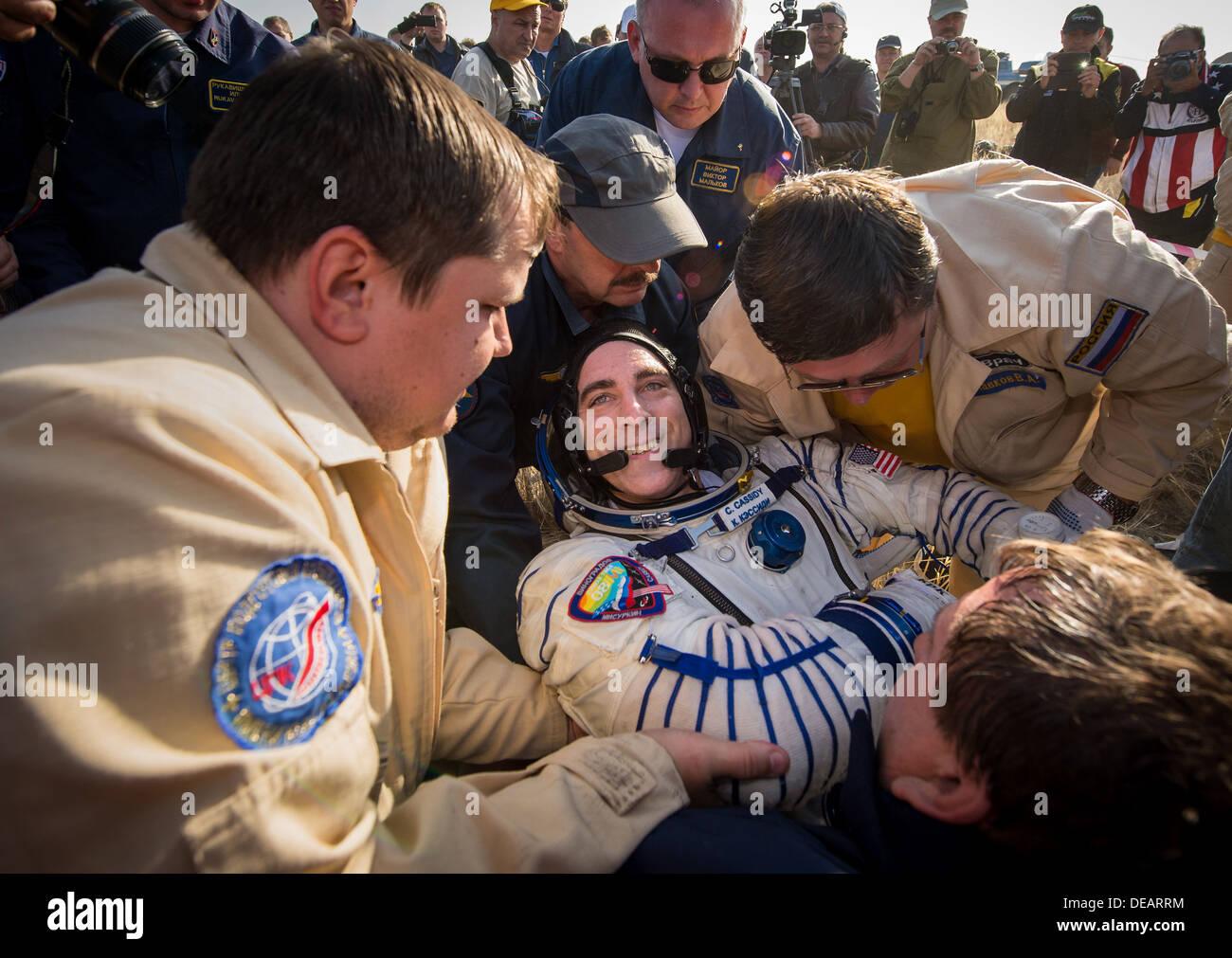 La NASA Expedition 36 astronauta Chris Cassidy è portato al medico tenda poco dopo lo sbarco in una Soyuz TMA-08M capsula in una zona remota 11 Settembre 2013 vicino alla città di Zhezkazgan, Kazakistan. Vinogradov, Misurkin e Cassidy è tornato a terra dopo cinque mesi e mezzo sulla Stazione spaziale internazionale. Immagini Stock