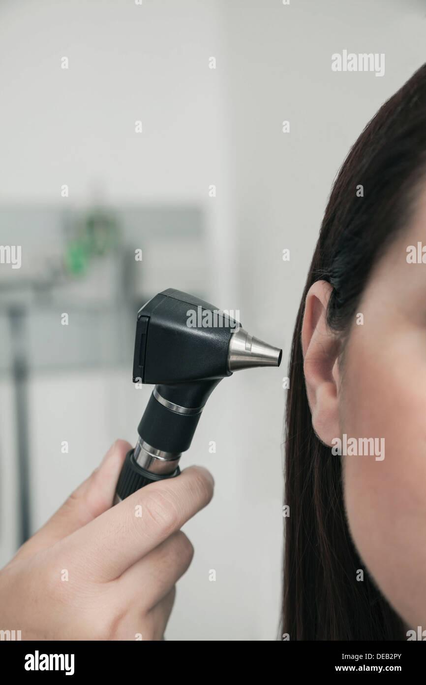 In primo piano del controllo medico le orecchie di un paziente Immagini Stock