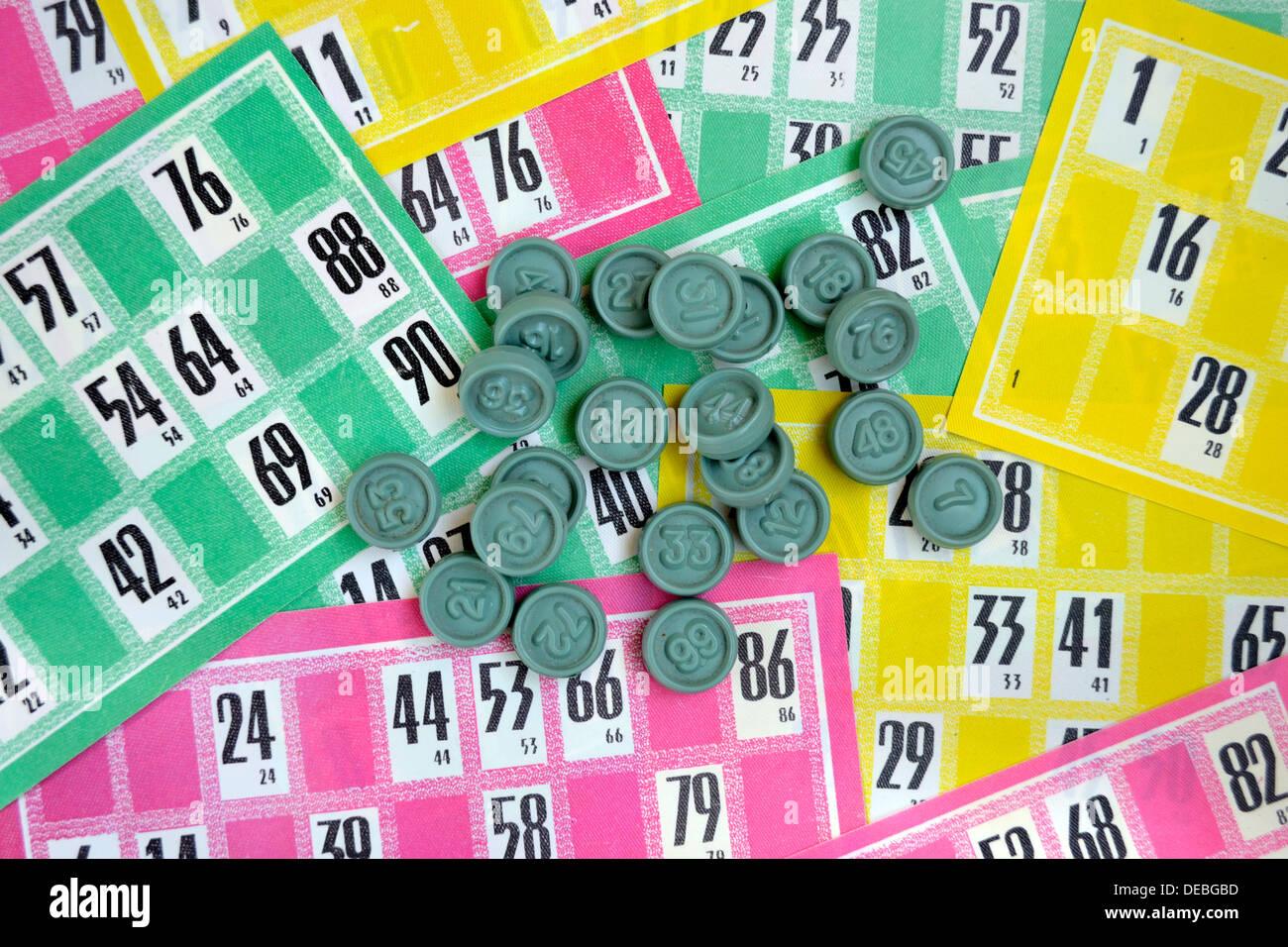 Carte multicolore e gettoni di gioco al lotto Immagini Stock