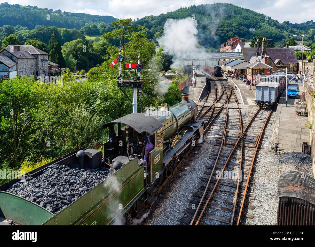 Il motore 7822 'Foxcote Manor' locomotiva a vapore a Llangollen Railway Station, Llangollen, Denbighshire, Wales, Regno Unito Immagini Stock
