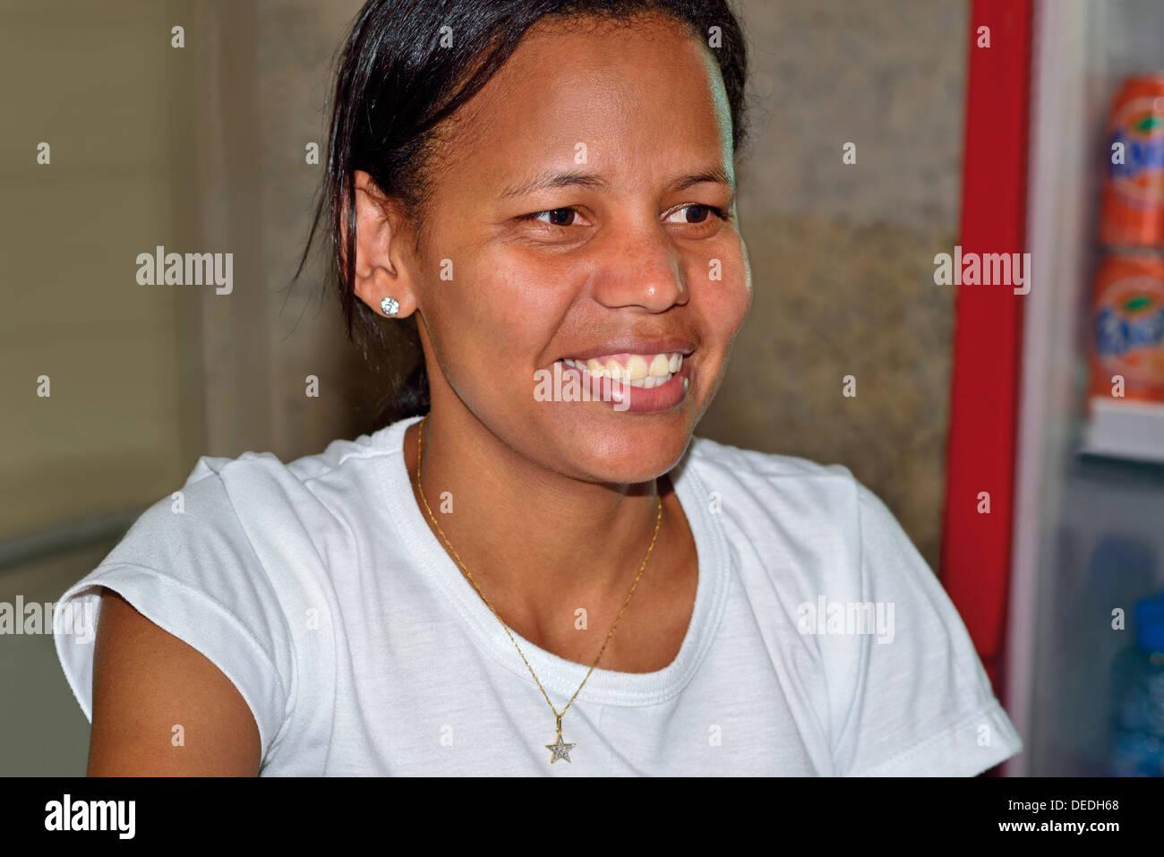 Il Brasile, Pantanal: Ana Benedita è il capo del servizio del ristorante Pousada Piuval Immagini Stock