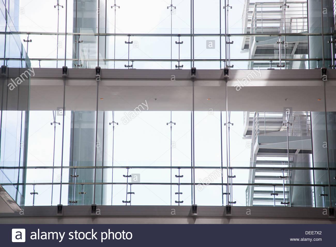 Windows in un ufficio moderno Immagini Stock