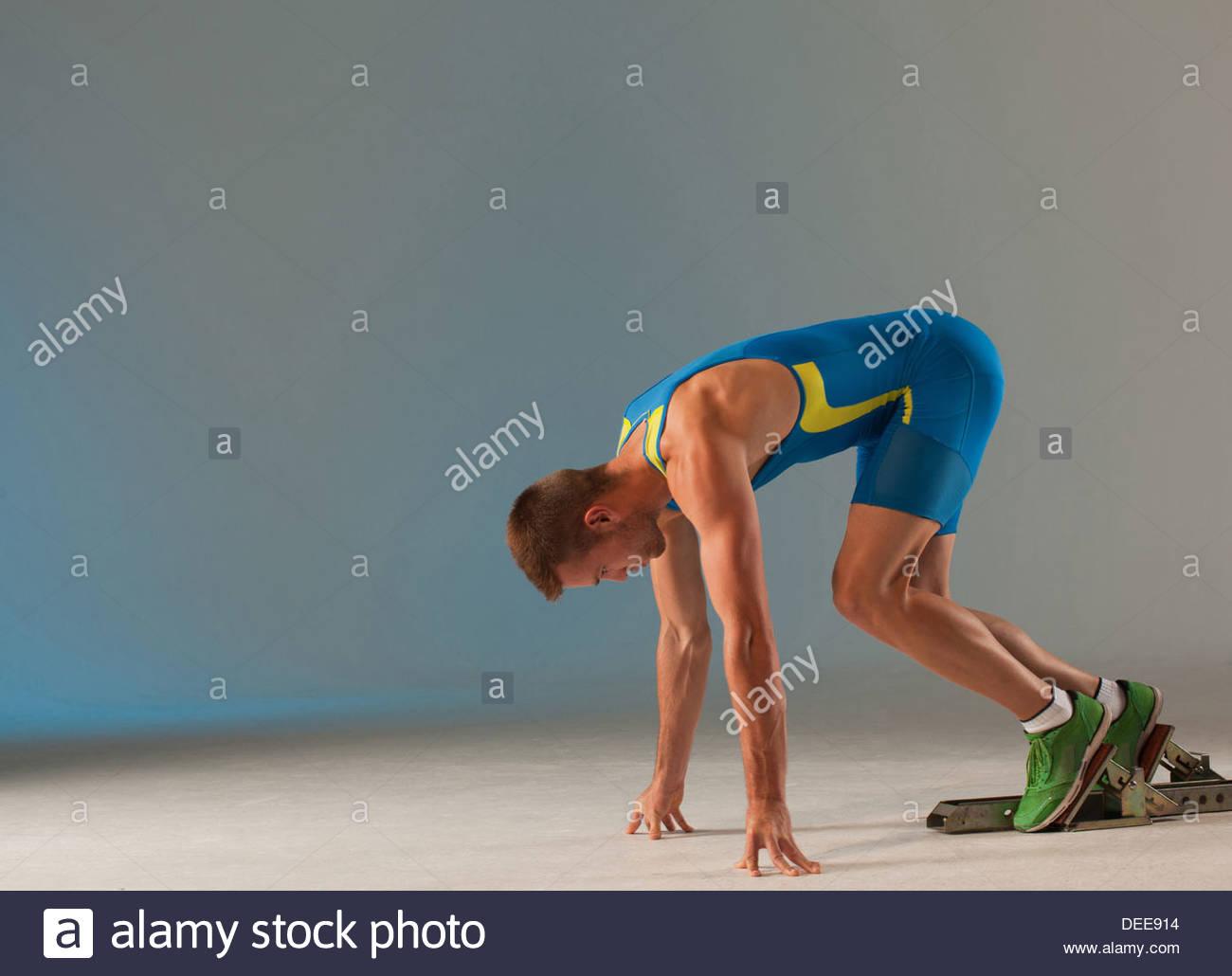 Atleta in blocchi di partenza Immagini Stock