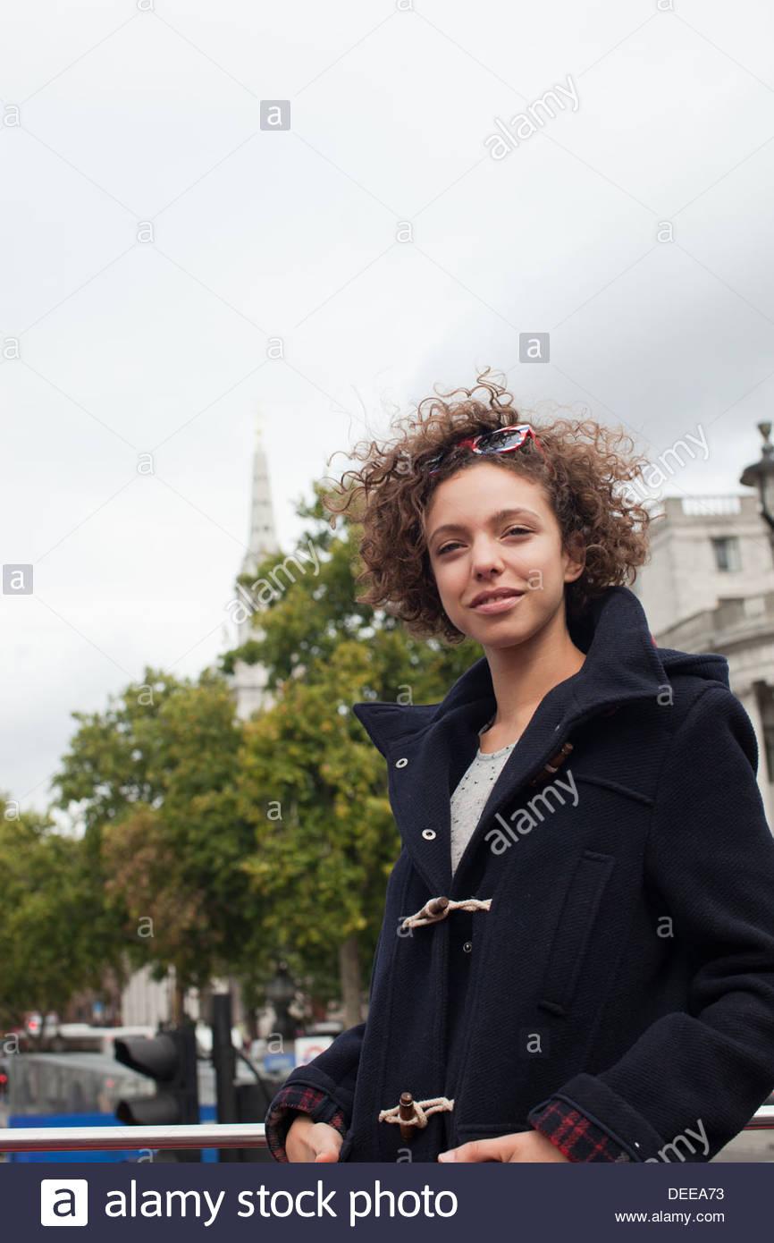 Donna in cappotto di lana a camminare in città Immagini Stock