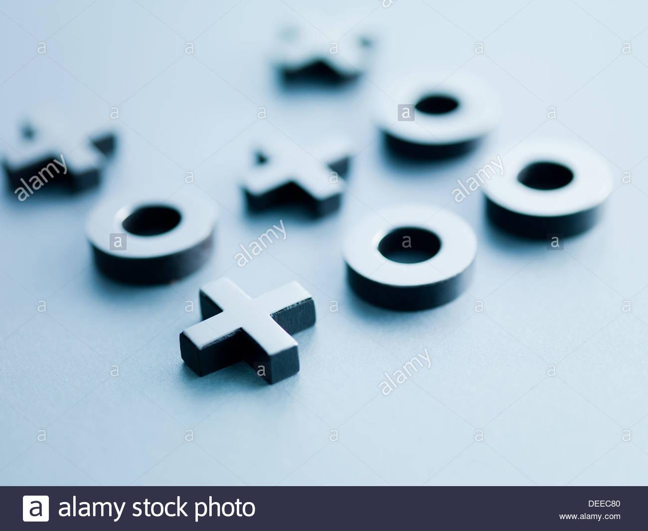 Metallo tic-tac-toe i pezzi di gioco Immagini Stock