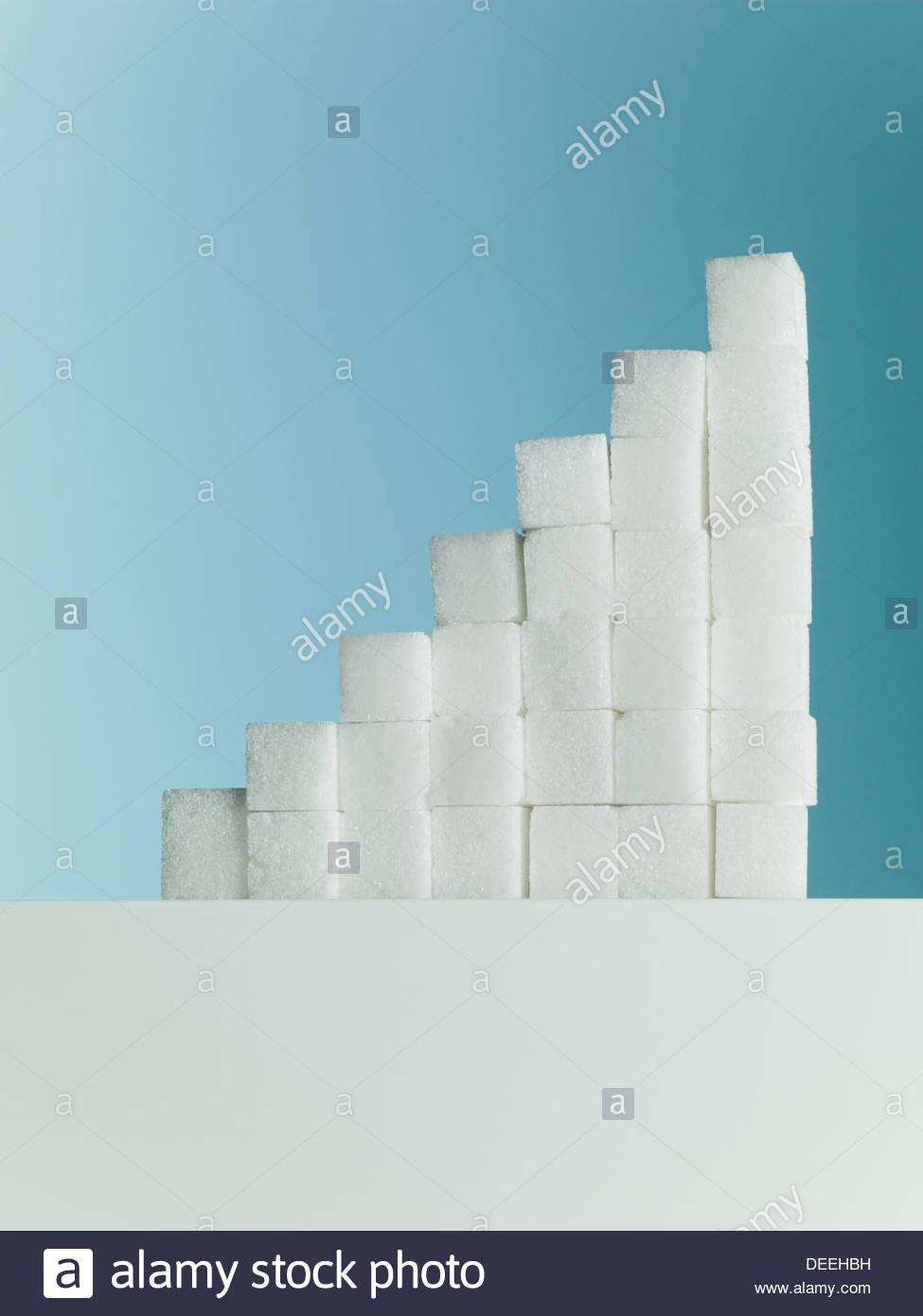 Fila di pile ascendente dei cubetti di zucchero Immagini Stock