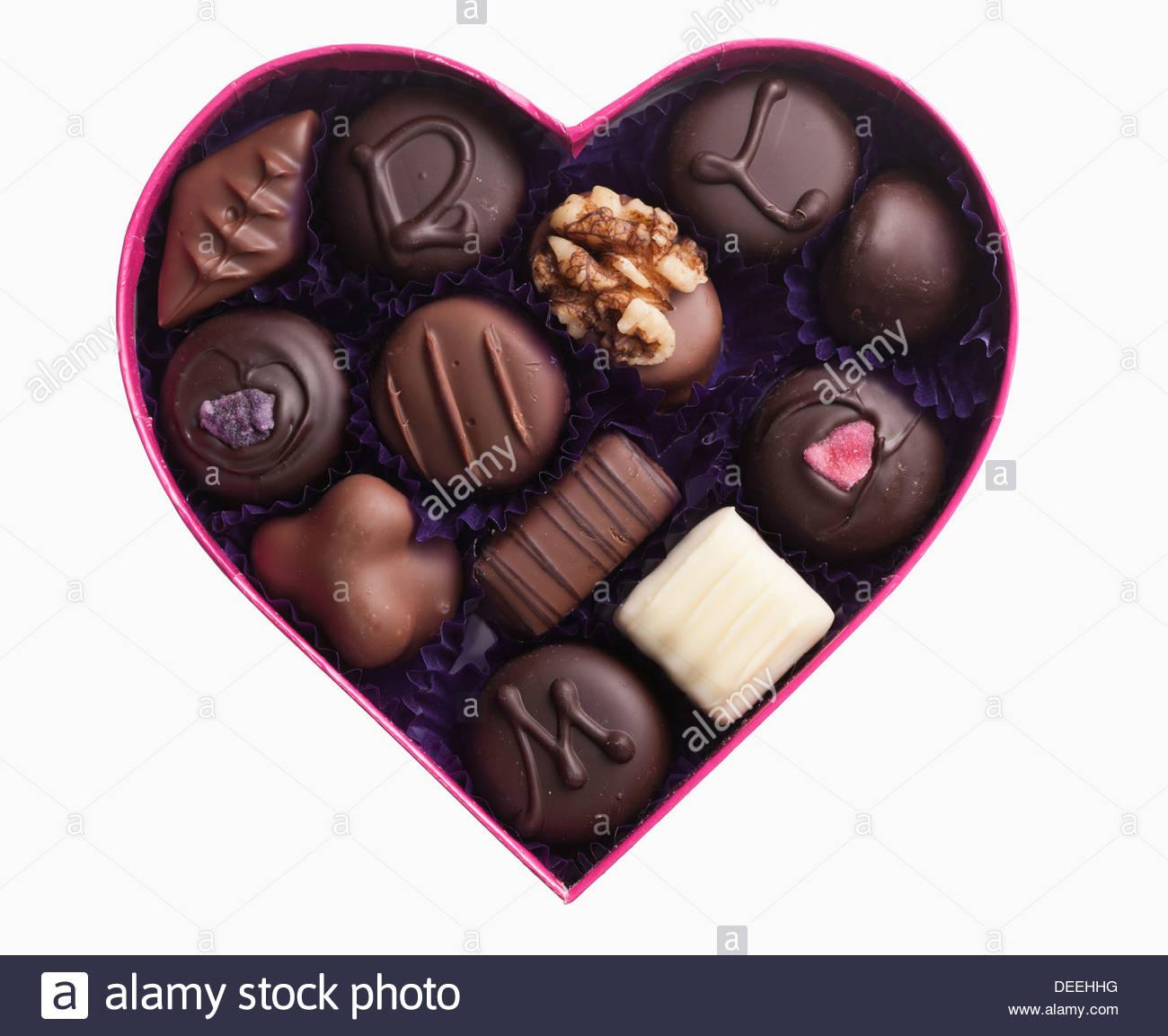 Close up di cioccolatini nel cuore a scatola di forma Immagini Stock
