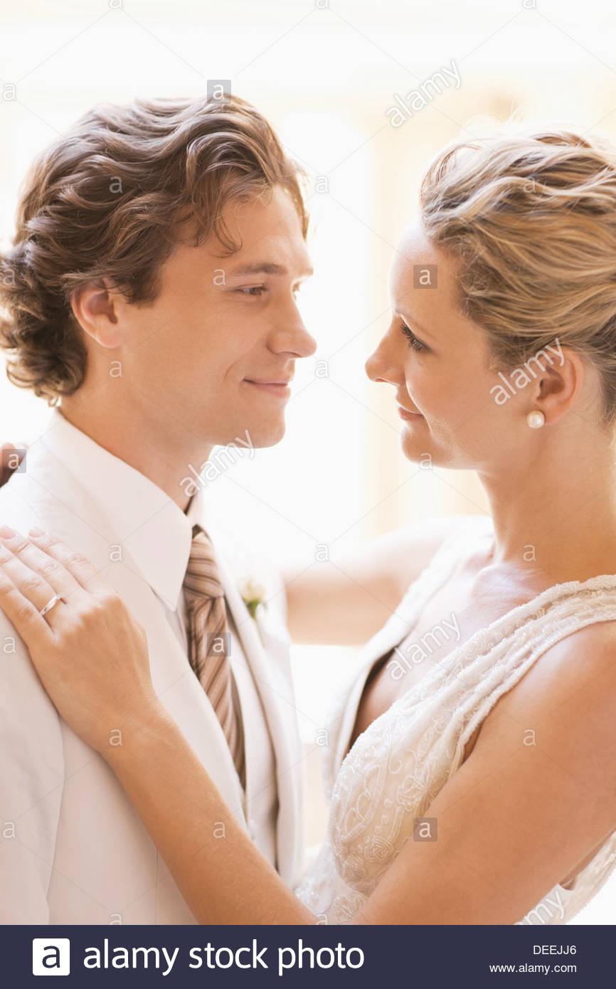 Sposa e lo sposo avvolgente Immagini Stock