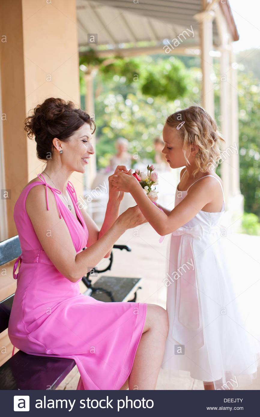 Donna e fiore ragazza con fiore in mano Immagini Stock