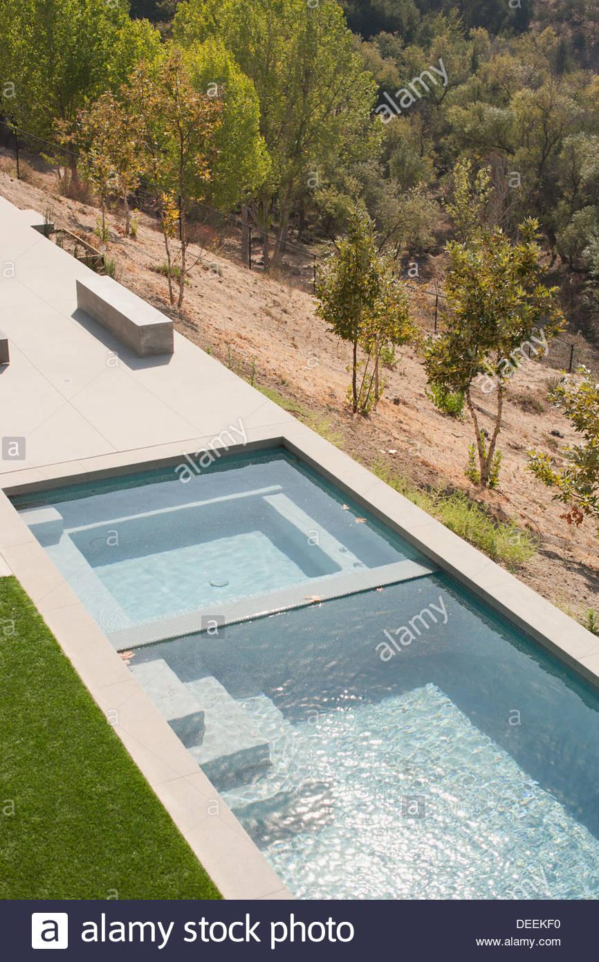 Angolo di Alta Vista della moderna piscina Immagini Stock