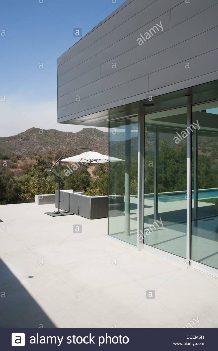 Esterno della casa moderna foto immagine stock 60559459 for Architettura moderna della casa