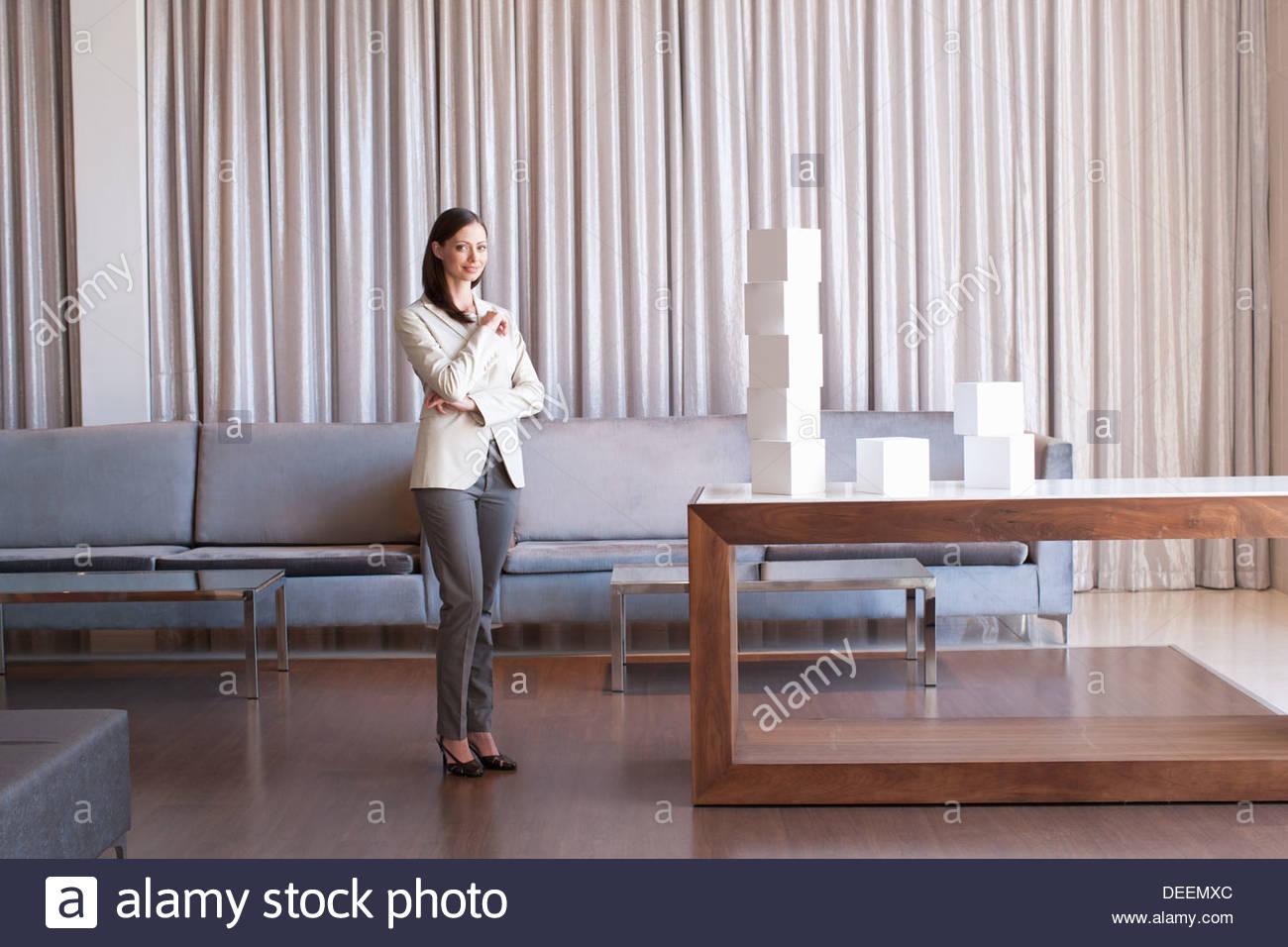 Imprenditrice di impilamento cubetti di bianco nella hall hotel Immagini Stock